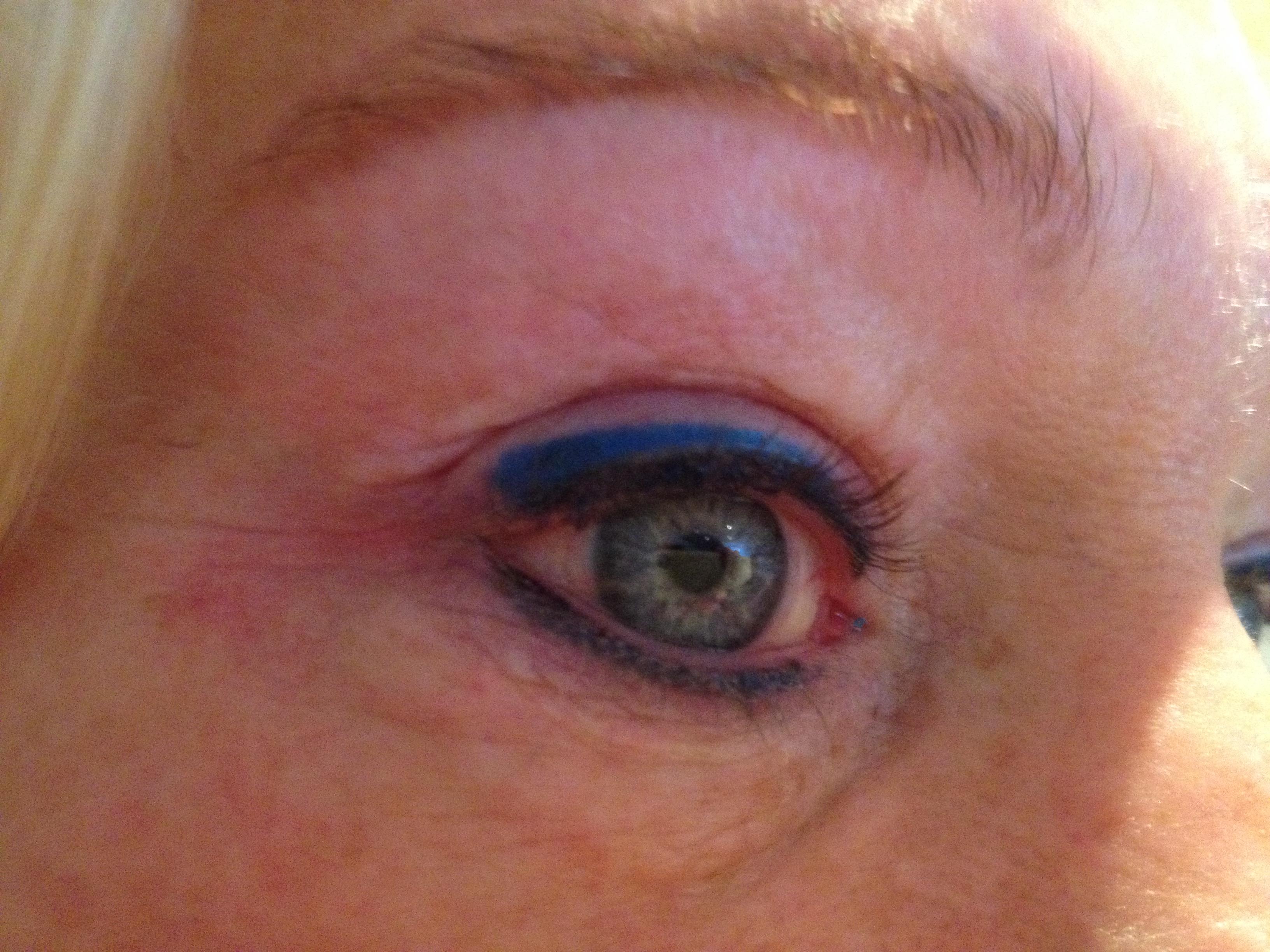 Eyeliner boven & onder + een blauw gekleurd lijntje boven